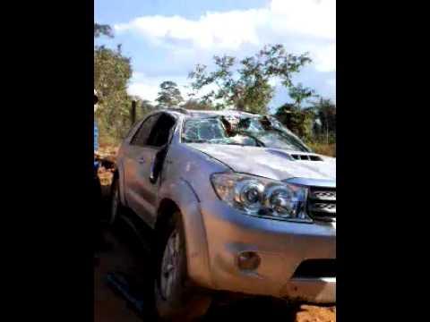 Motorista perde controle da direção e capota caminhonete em Buritis