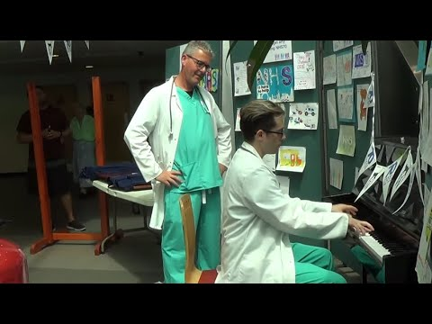 Download Doctor Plays Amazing Piano In The Hospital Lobby HD Mp4 3GP Video and MP3