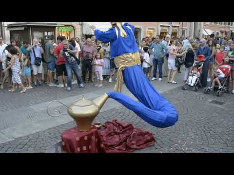 Artista de rua - Levitação mágica da lâmpada de Genio