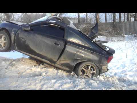 Тойота Селика врезалась в столб. Машину просто разорвало!