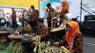 Penampilan Musik Lesung Siswa SLBN Karanganyar dalam Pembukaan UNS Tourism Expo 2017