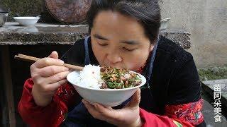 苗大姐剁辣椒炒肥肠,花椒整粒吃,麻辣下饭吃得香