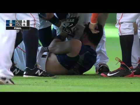 Carlos Correa tackles Altuve AUG-16-2015