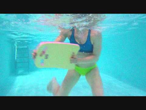 Aqua-Fitness: Bauchmuskeln - Stabilisation diagonal mit Schwimmbrett