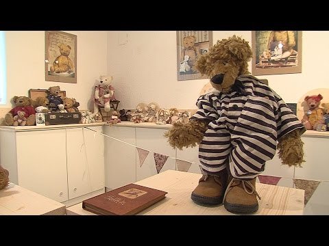 Várnegyed Galéria - Babaházak, babák, mackók - video preview image