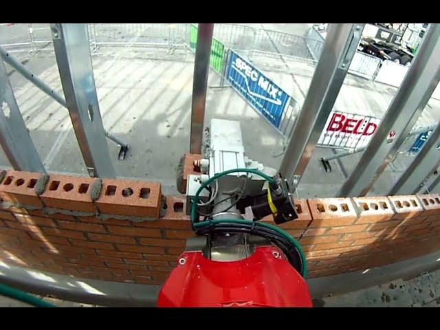 Робот Сэм кладет кирпич в 6 раз быстрее профессиональных каменщиков