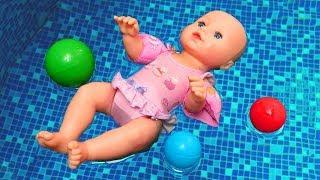 Havuz oyunu. Oyuncak bebek Baby Born havuzda! Bebek bakma oyunu