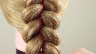 Смотреть онлайн Урок плетения косы из трех прядей и двух лент