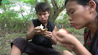Survival skills - Primitive Life - finding fruit for food and Delicious fruit Eating