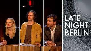 Sophie Turner, Evan Peters & Michael Fassbender Raten Deutsche Promis | Late Night Berlin |ProSieben