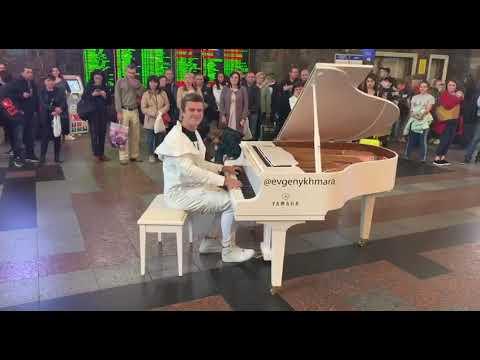 На центральном вокзале Киева музыкант, обладатель голливудской премии, устроил перформанс