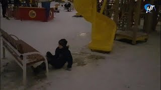 Подрядчик в парке Юности смонтировал горку вблизи скамейки