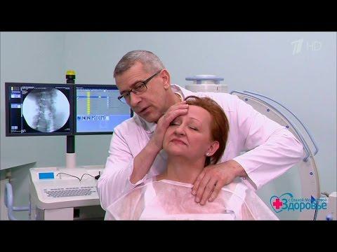 Болит справа в шее отдает в ухо