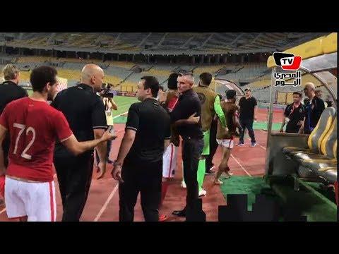 «كارتيرون» يحتفل مع لاعبى الأهلى عقب الفوز علي «تاون شيب»