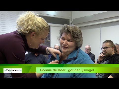 VIDEO | Gonnie de Boer ontvangt als vrijwilliger bij BAS Voetbal en De Wingerd de Gouden IJsvogel