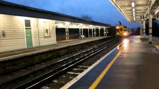 preview picture of video 'Southern Class 455 arrives at South Croydon'