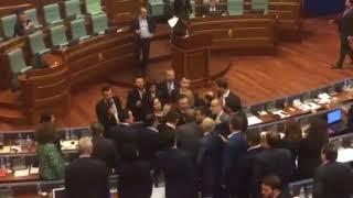 Acarohet situata mes PDK-së e VV-së në Kuvend: Fjalosen Liburn Aliu e Memli Krasniqi