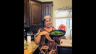 Desayuna con migó  trocitos de carne en salsa verde/Frijolitos