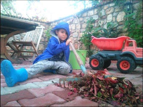 Fındık ailesi bahçede temizlik yapıyor