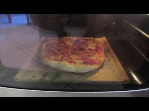 Pizza cotta su pietra refrattaria nel forno di casa