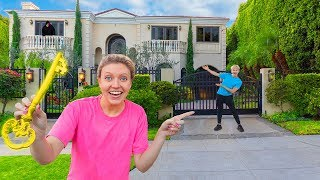 FOUND HIDDEN KEY to UNLOCK NEW SHARER FAM HOUSE (Sis VS Bro Secret Scavenger Hunt Challenge)