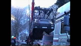 preview picture of video 'Bergungsarbeiten nach Autobusbrand - Feuerwehr Semmering - 03.01.2002'