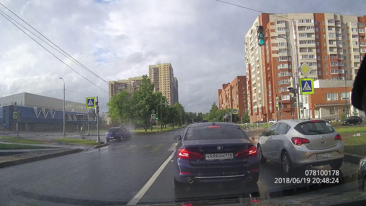 Водитель автомобиля Mazda пытался проскочить на красный свет