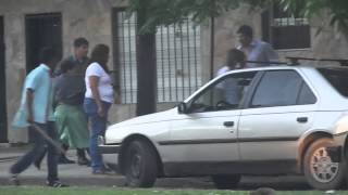 preview picture of video '[La Plata] Gauchos vs Bolivianos. Pelean y rompen sus autos. Descontrolados [Original HD Completo]'