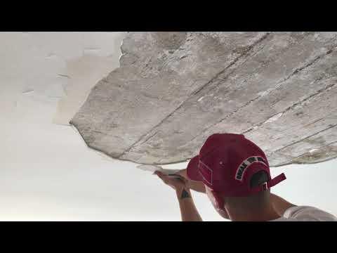 Grattage d'un plafond en plâtre décollé