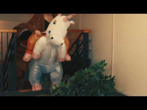 Enhörningen tar sig an T-rex i en kapplöpningstävling