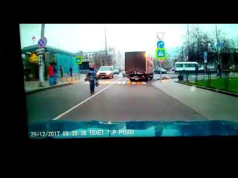 Видео с регистратора как автобус врезался в остановку на Сходненской улице