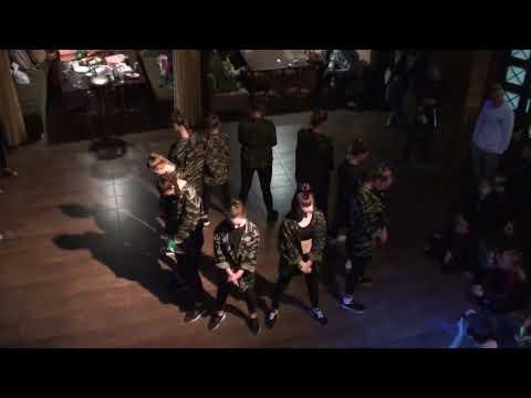 Иринка Мандаринка на танцевальной тусе с танцевальной группой