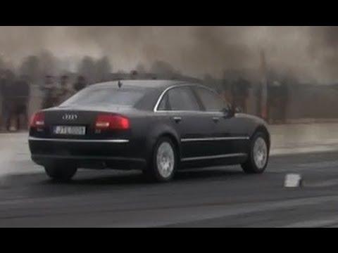 Der Aufwand des Benzins mit den Autos