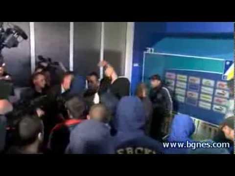 El increíble caso en el fútbol búlgaro. Hinchas echan al técnico durante la presentación.