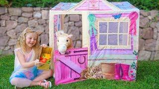 Настя строит домик для волшебной лошадки