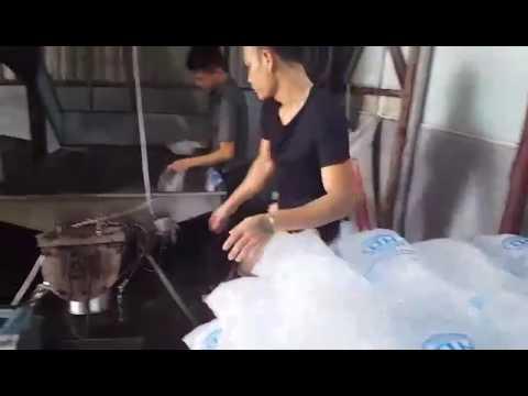 """Kinh hoàng sản xuất nước tinh khiết và đá """"Siêu sạch"""""""