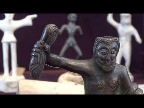 """Skulptūrėlė """"Sėdintis Perkūnas"""", XIII a. pirmoje pusėje Žemutinėje Saksonijoje pagaminto vario lydinio šviestuvo detalė"""