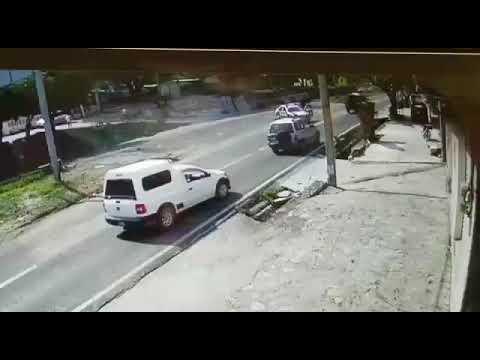 Двое полицейских в Мексике пытались остановить угнанный Audi своими телами