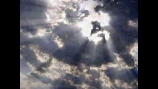 La Cara de Jesus Aparece en las Nubes, Arriba de la Cruz