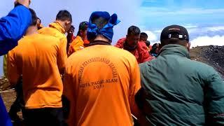 Evakuasi Korban Jatuh Gunung Merapi Dempo