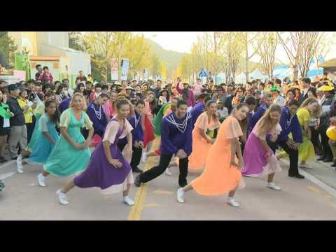 כובשים את דרום קוריאה בריקוד!
