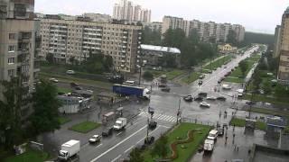 Смотреть онлайн Как люди в России реагируют на сирену
