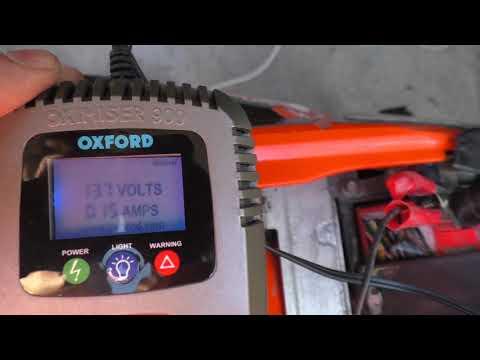 Come caricare la batteria della moto: il mantenitore di carica