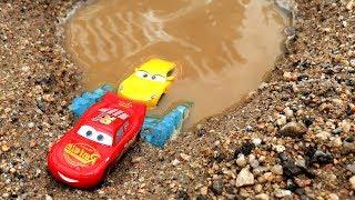 Aprende Colores para Niños en Español. Carros Disney Cars en agua sucia mud water
