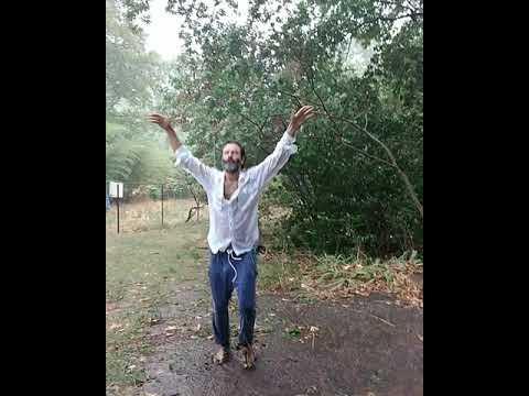 Ο Θανάσης Ευθυμιάδης χορεύει πυρρίχιο στη βροχή