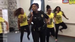 Полиция и танцовщицы