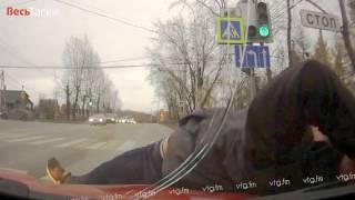 Смотреть онлайн Наркоман бросился под стоячую машину на светофоре