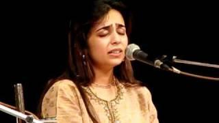 Hridaynath and Radha Mangeshkar sing ''Ne majasi ne parat matrubhumila''
