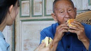生活在农村的爷爷奶奶,生平第一次吃汉堡【滇西小哥】