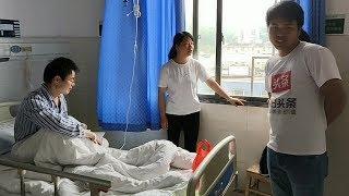 老公动手术住院了,秋子不离左右的陪伴,三嫂带了一桶鱼去看他